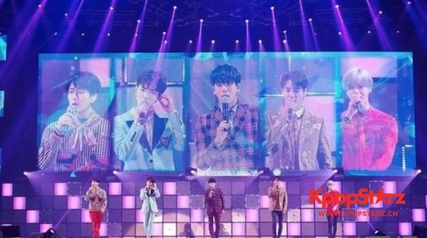 我们永远是5人! SHINEE演唱会流泪悼念钟铉