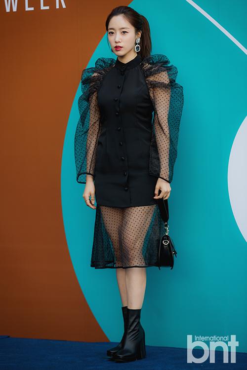T-ara恩静等出席时装周 独特透视风引人视线