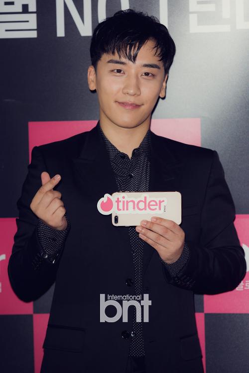 BIGBANG成员胜利出席活动 干练西装展帅气魅力