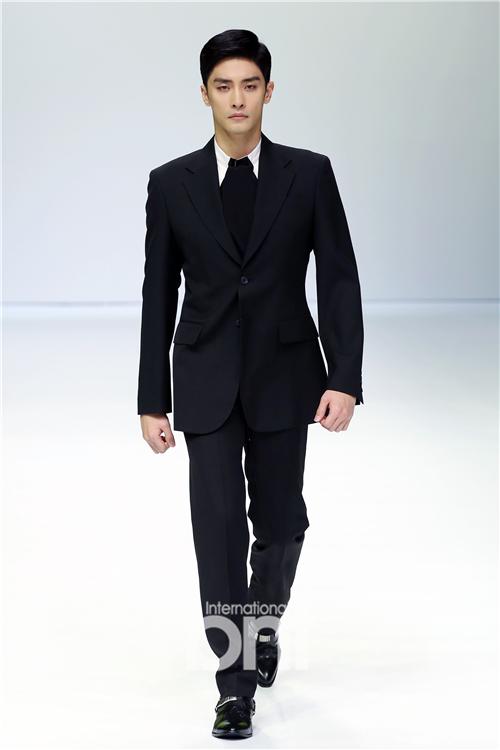 成勋权玄彬出席时装周 专业姿态走秀显魅力