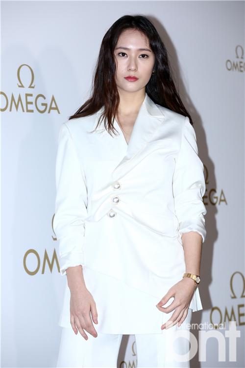 Krystal秀英等出席活动 纯白时尚颢干练美