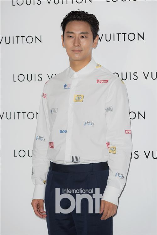 某时尚品牌举行活动 朱智勋裴斗娜等出席