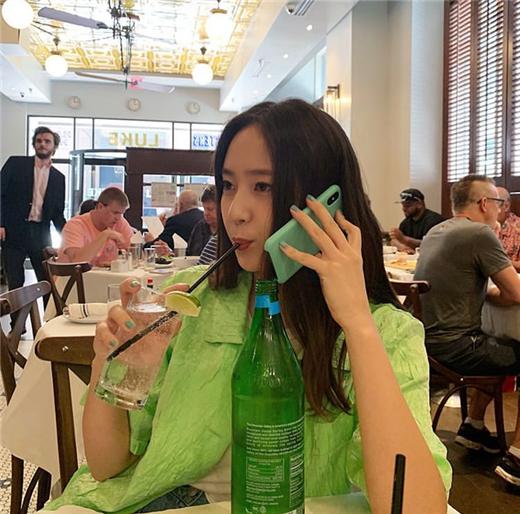 Krystal公开独特自拍 一身绿色展现清凉魅力