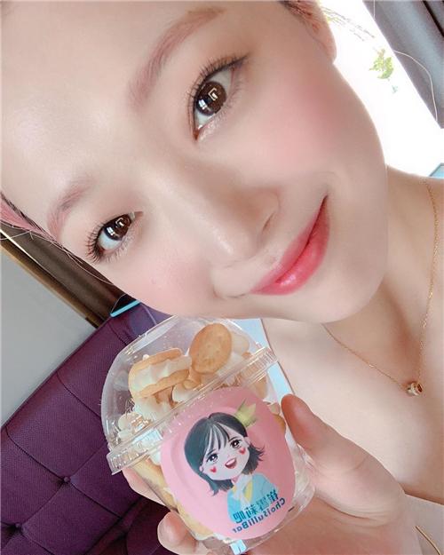 雪莉公开中国粉丝礼物认证照 华丽美貌吸引视线