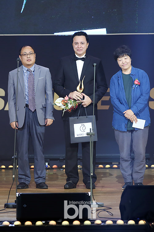 韩国第24届春史电影节 韩都衣舍代表莅临颁奖