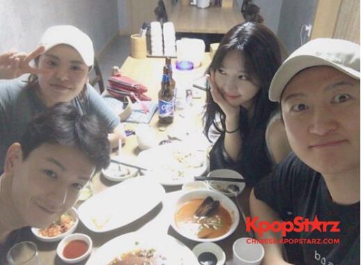 林周焕公开与《任意依恋》演员们合照
