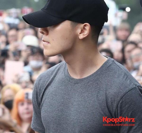 Super Junior成员东海退伍大呼很紧张 感谢彻夜等候的粉丝们