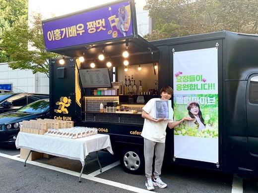 李洪基收到宋恩伊咖啡车应援 SNS晒出认证照表达谢意