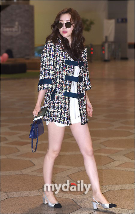 洪秀儿经由仁川机场启程前往中国参加主演电影《旁观者》上映宣传活动