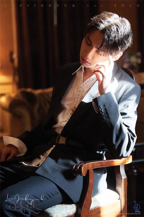 李镇赫个人专辑预告照再公开 黑色西装显高贵气质