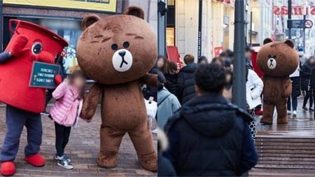 金在中穿熊大玩偶装参加大邱街上举办的Free Hug慈善募捐活动