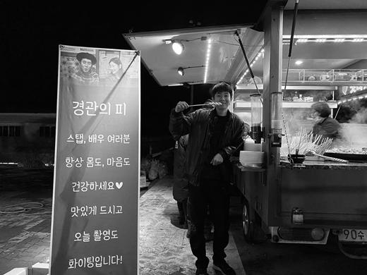 朴素丹为崔宇植送应援餐车 再现电影《寄生虫》兄妹情谊