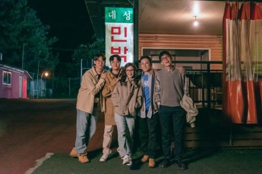 韩剧《机智的医生生活》方面公开 20年前五人帮初次见面时剧照